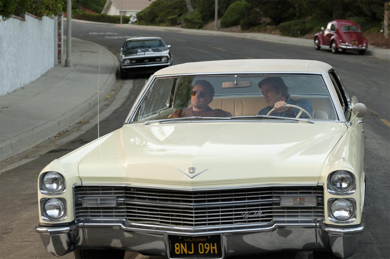 Zwei Männer fahren in einem Auto