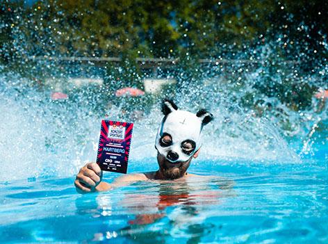 Hartberger mit Cro-Maske im Freibad