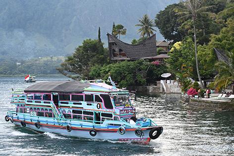 Ein Ausflugsschiff fährt zur Insel Samosir