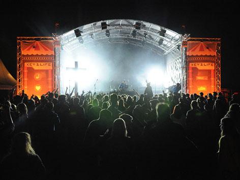 """Bühne mit Zuschauern beim katholischen Musikfestival """"Key2Live"""""""