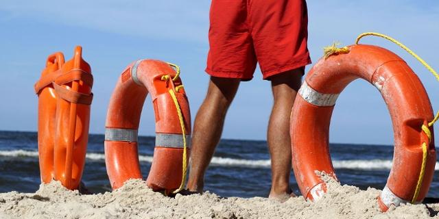Rettungsschwimmer am Strand mit Equipment