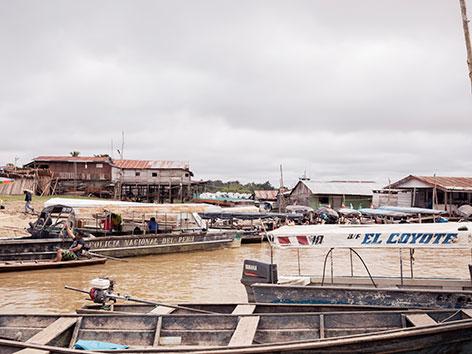 Boote und Ufer beim Amazonas in Peru