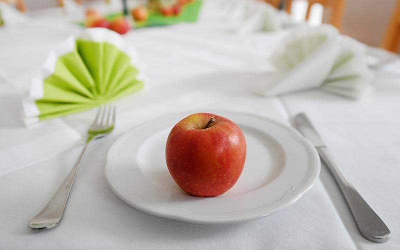 Ein Apfel auf einem Teller