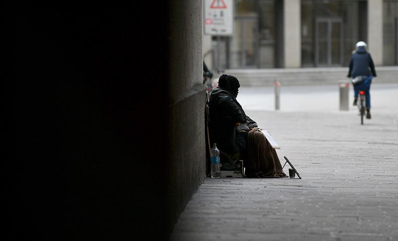 Obdachloser Mann auf der Straße