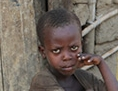 Frau in Burundi gibt ihrem Kind Wasser zu trinken