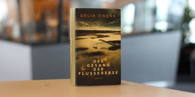"""Buchcover von """"Der Gesang der Flusskrebse"""" von Delia Owens"""