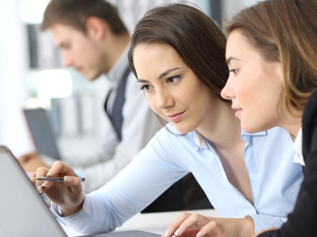 Zwei Frauen arbeiten an einem Computer