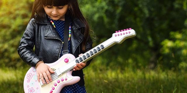 Kind mit Spielgitarre