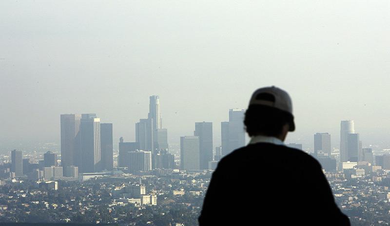 Smog: Mann blickt über Skyline von L.A.