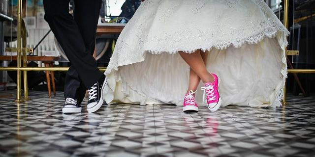 Hochzeitspaar in Sneakers