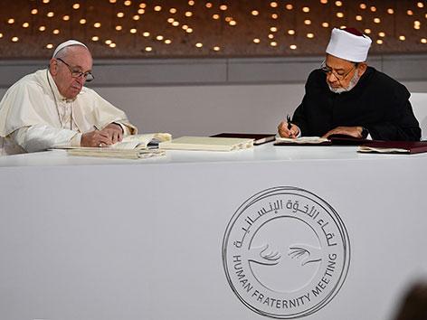 Papst Franziskus und Großimam Ahmed al-Tayeb beim Unterzeichnen einer gemeinsamen Erklärung