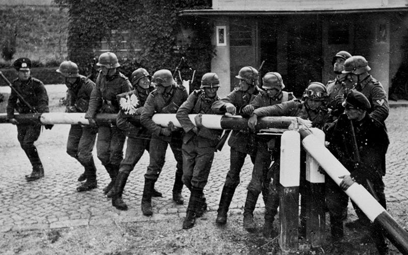 Überfall der deutschen Wehrmacht auf Polen am 1.9.1939: Soldaten zerstören den Schlagbaum an der deutsch-polnischen Grenze in der Nähe von Danzig.