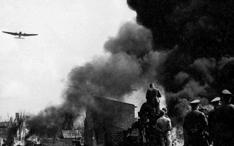 Soldaten der deutschen Wehrmacht an der Stadtgrenze von Warschau, Ende September 1939