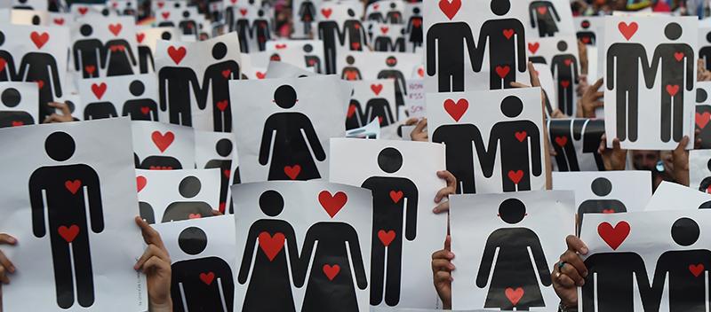 Pride Parade: Demonstranten halten Liebes-Piktogramme in die Luft