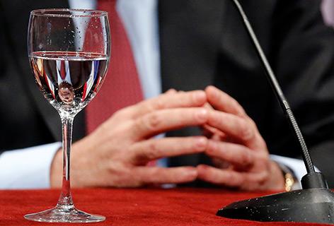 Glas Wasser auf einem Konferenztisch
