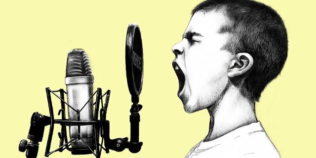 Kind singt in Mikro