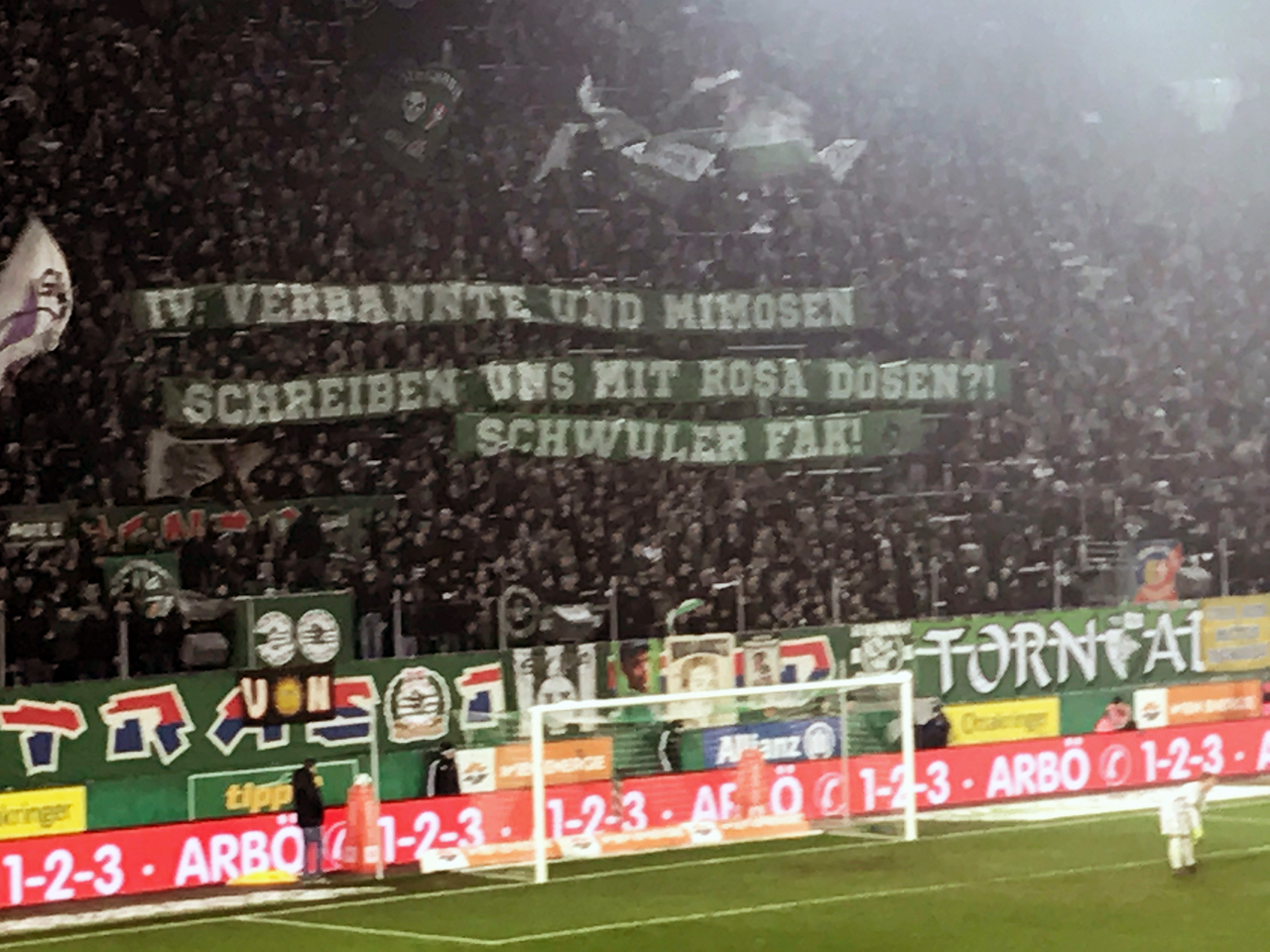 Bilder zu Homophobie in Fußball Szene - Aufkleber, Banner usw.