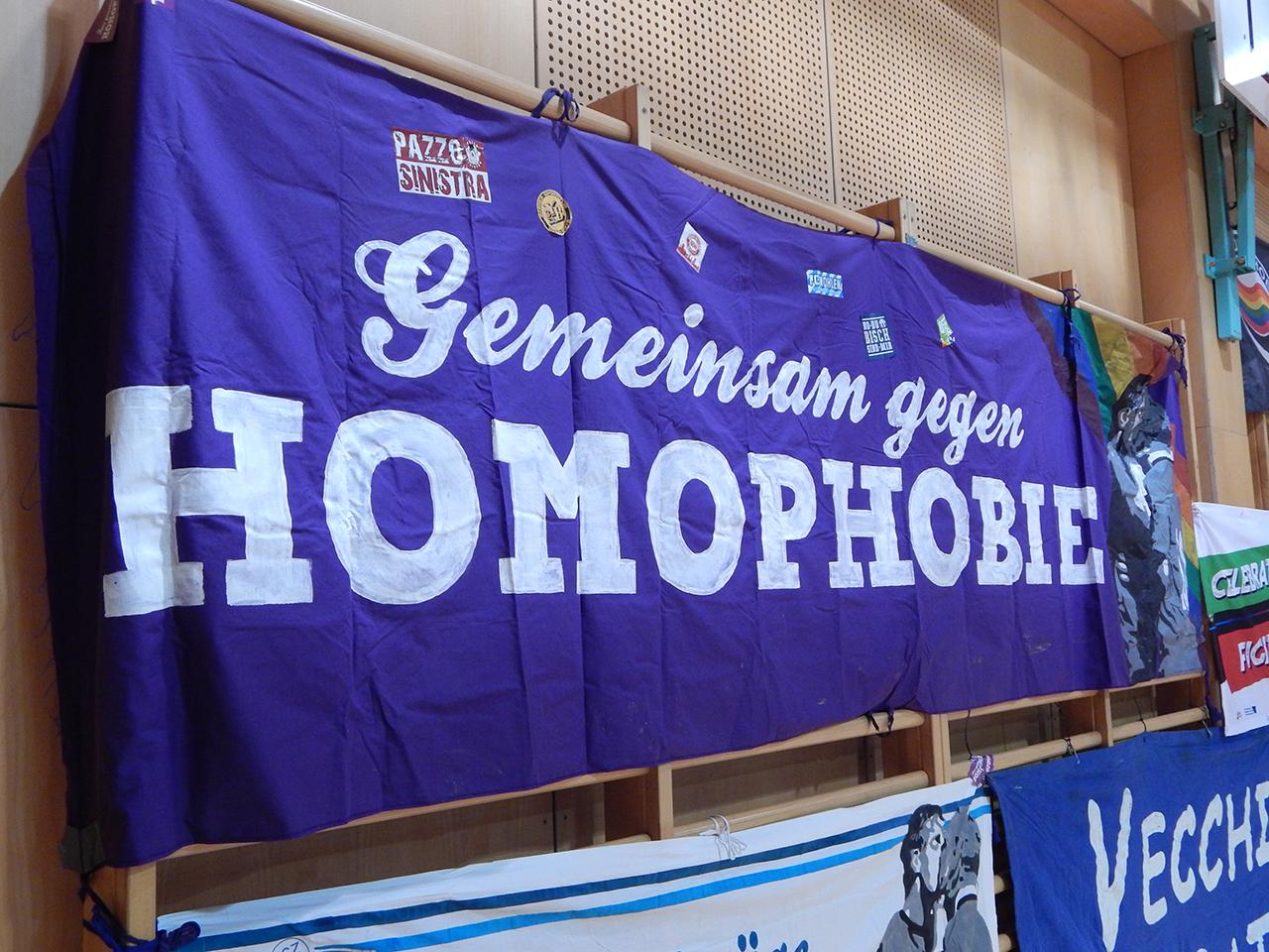 Anti-Homophobe Aufkleber aus der Fußballszene