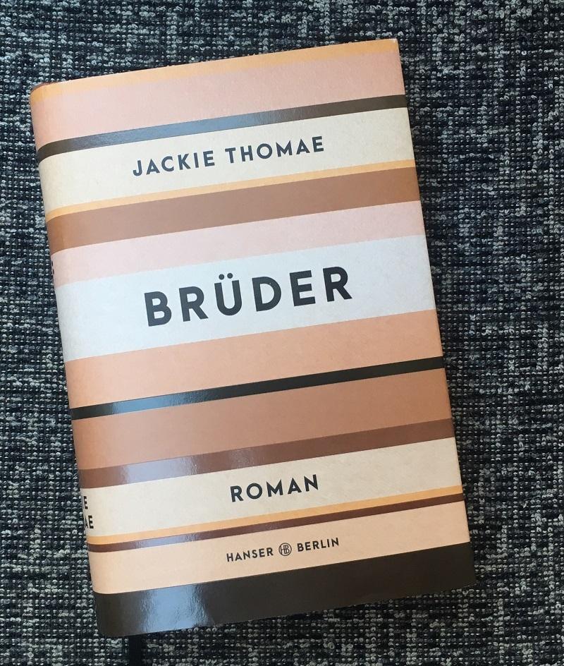 """Das Cover des Buchs """"Brüder"""" ist in Farbblöcken gestaltet"""