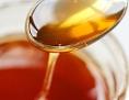 Honig wird auf einen Löffel genommen