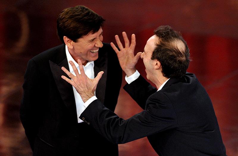 Schauspieler Roberto Benigni und Sänger Gianni Morandion scherzen auf der Bühne