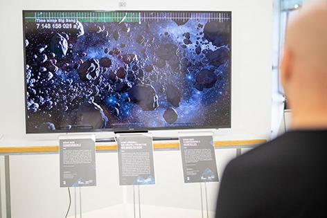 """Interaktive Schautafeln: Ausstellung """"Meet the Universe"""" in Wien"""