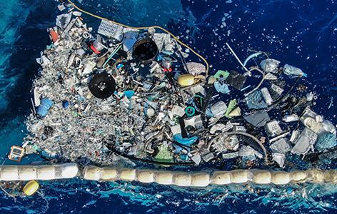 Plastikmüll sammelt sich bei einer Barriere
