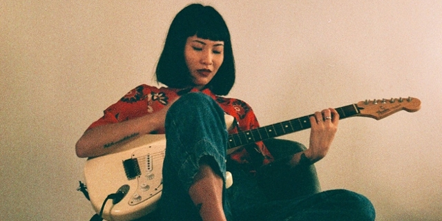 Musikerin Sakura im Drehsessel