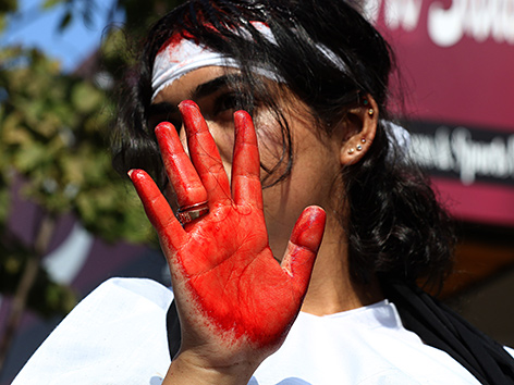 Eine Frau zeigt ihre blutige Handfläche, Aschura-Fest in Nabatieh, Libanon
