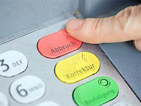 Finger tippen auf einer Bankomat-Tastatur
