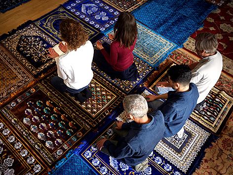 Die Imaminnen Anne-Sophie Monsinay (re.) and Eva Janadin im Gebet, Paris