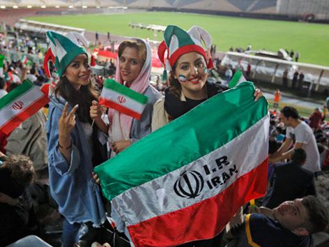 Iranische Frauen 2018 in einem Fußballstadion. Für ein World Cup-Spiel  zwischen Portugal und Iran durften ausnahmsweise Frauen ins Stadion.