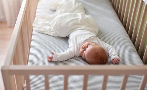 Baby in einem Kinderbett