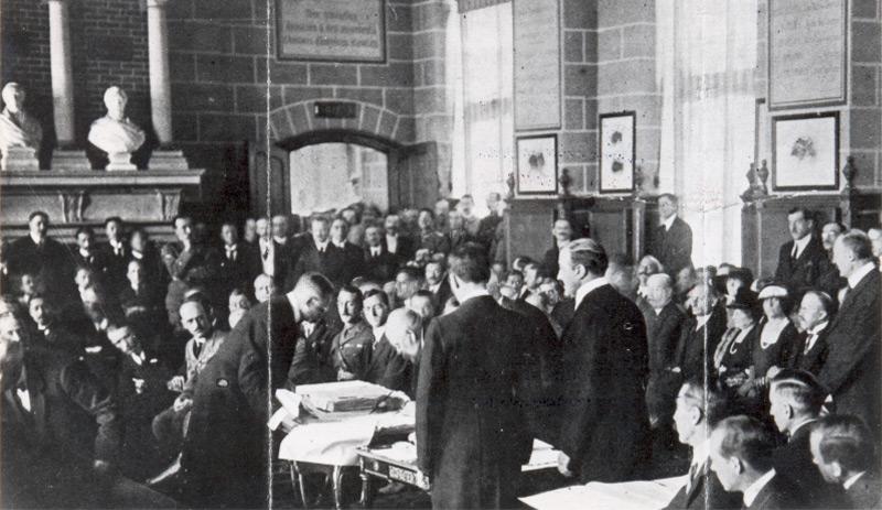 Renners unterschreibt am 10.9.1919 den Vertrag