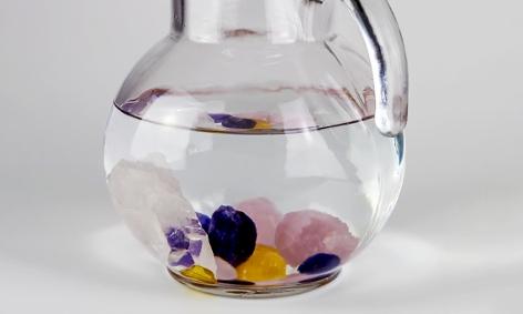 Wasserkrug mit Halbedelsteinen darin
