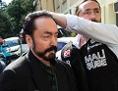 Der Fernsehprediger Adnan Oktar wird von Polizisten eskortiert