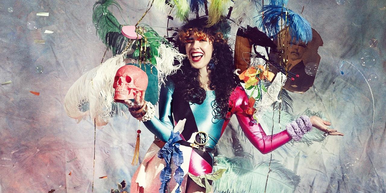 Ein Poster von Cibelle Cavalli Bastos, das ein extravagantes, buntes Fest zeigt.