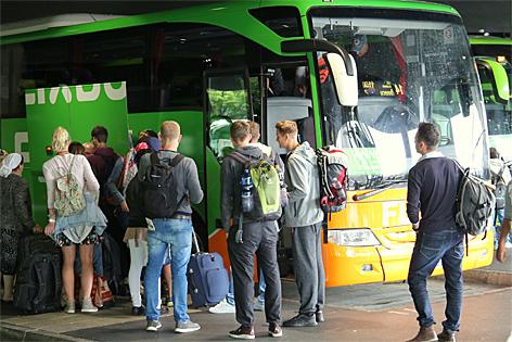 Reisende steigen in einen Flixbus