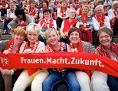 """Frauen mit Schals mit der Aufschrift: """"Frauen. Macht. Zukunft"""""""