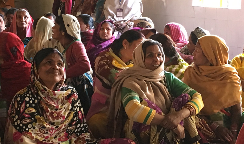 Menschen in Nordindien lernen Lesen und Schreiben