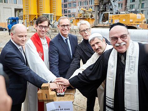 Rabbiner, Pfarrer und Imam des House of One gemeinsam mit Politikern