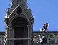 Restauration - Ein Arbeiter steht auf dem Dach von Notre-Dame