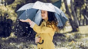 Kind im Regen