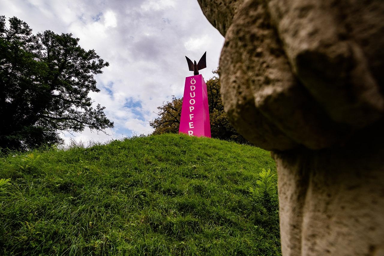 """Der Künstler Eduard Freudmann hat sich das Befreiungsdenkmal im Grazer Stadtpark vorgenommen und den Schriftzug """"Ö Du Opfer"""" angebracht"""