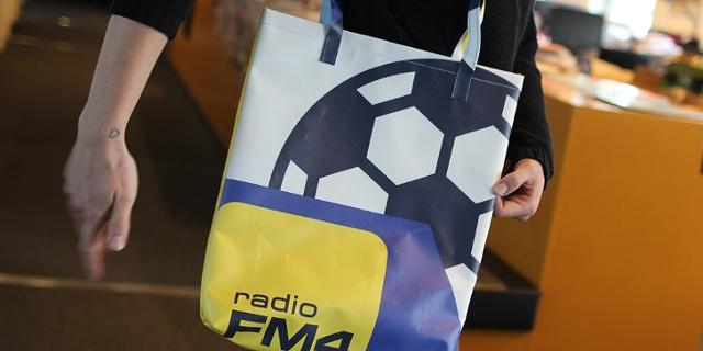 Umhängetasche mit Fußball und FM4 Logo