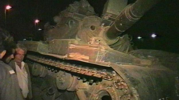 Amokfahrt mit Panzer vor dem Kadi