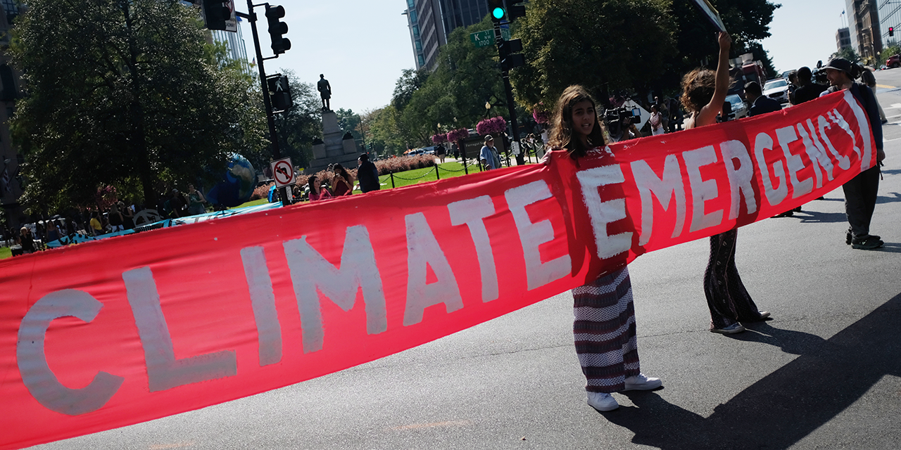 "Demonstrantinnen mit Banner: ""Climate Emergency"""