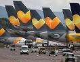 Eine Flotte an Thomas Cook Flugzeugen stehen am Flughafen