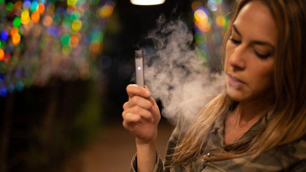 E-Zigarette Frau