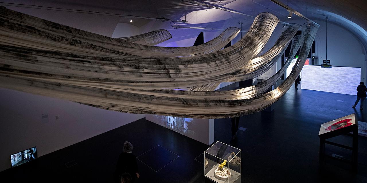 Skulptur von Shinpei Takeda, die im Ausstellungsraum von der Decke hängt